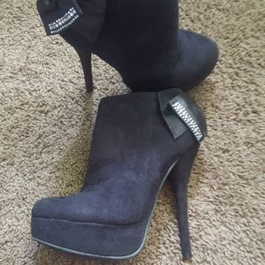 Heeled boots with bow